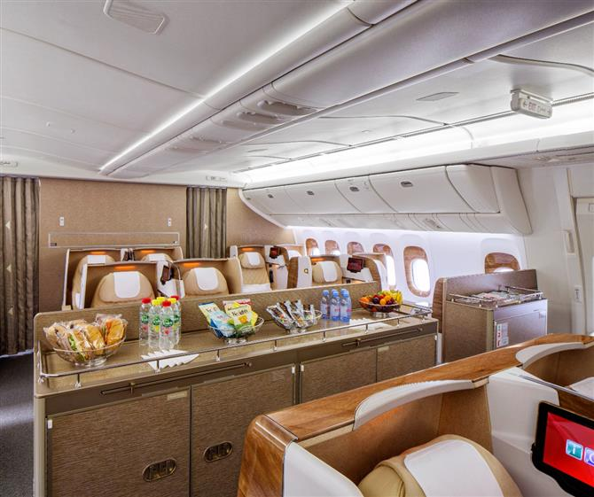 Nova business class da Emirates no B777-200LR ganha minibar