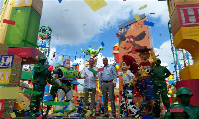 Entre os personagens da franquia, Tim Allen, voz de Buzz Lightyear, e Bob Chapek, CEO da Disney Parks, Experiences and Consumer Products, inauguram a Toy Story Land