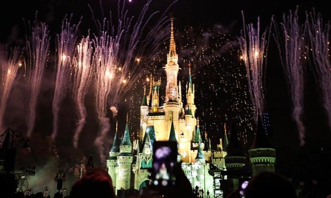 A chuva de fogos ganha um toque especial no Natal do Magic Kingdom