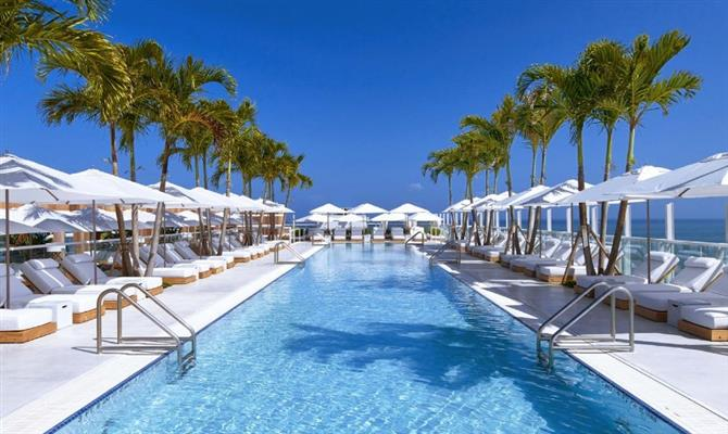 Uma das piscinas do 1 Hotel South Beach