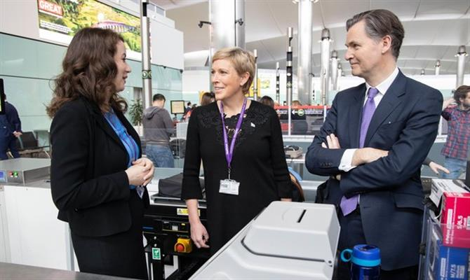 A Ministra da Aviação, Baroness Vere, e o CEO do Aeroporto de Heathrow, John Holland-Kaye